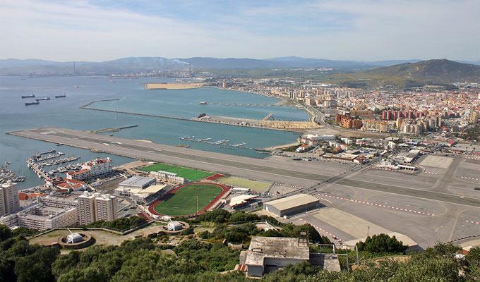 Aeroporto de Gibraltar, Estreito de Gibraltar