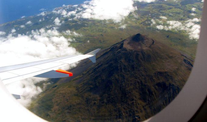 Vista aérea do vulcão Monte Pico
