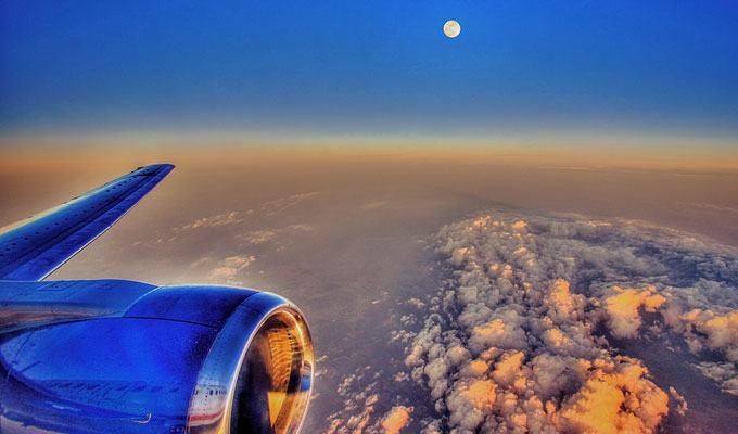 Por do sol visto pela janela do avião