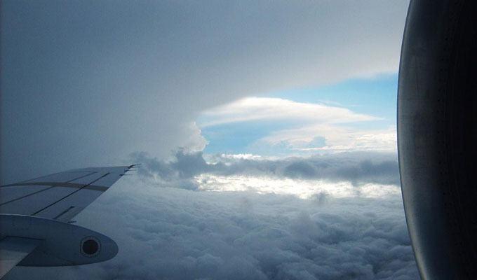 Avião entrando em uma tempestade