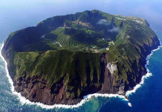 Foto de vulcão em erupção: Aogashima, Japão