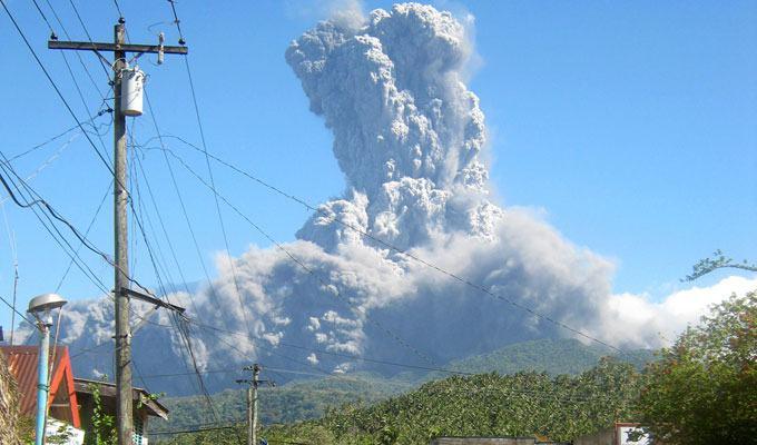 Foto de vulcão em erupção: Bulusan, Filipinas