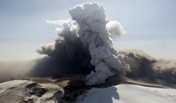 Foto de vulcão em erupção: Eyjafjallajokull, Islândia