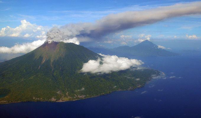Foto de vulcão em erupção: Gamalama, Indonésia