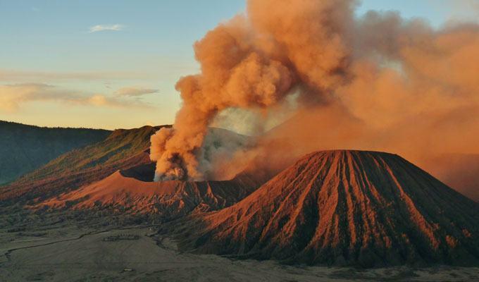 Foto de vulcão em erupção: Monte Bromo, Indonésia