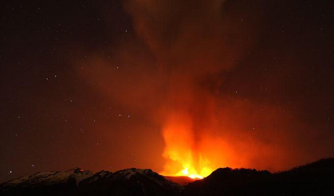 Foto de vulcão em erupção: Monte Etna, Italia