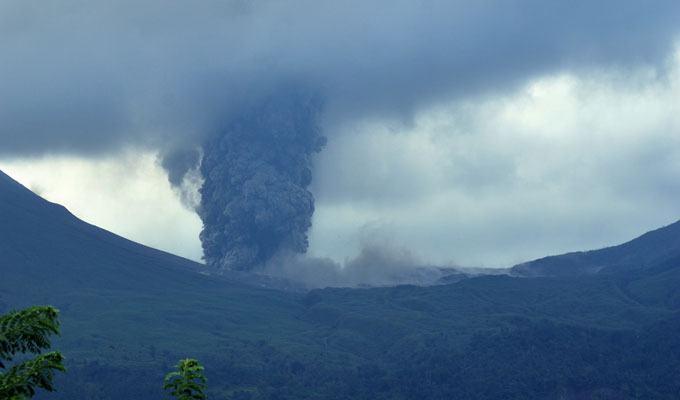 Foto de vulcão em erupção: Monte Lokon, Indonésia