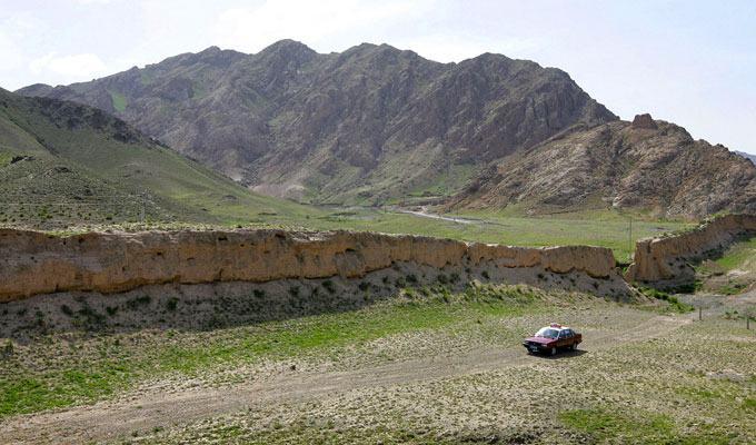 Fotos da Muralha da China próximo às montanhas